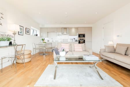 Spacious, Modern Flat with Private Balcony