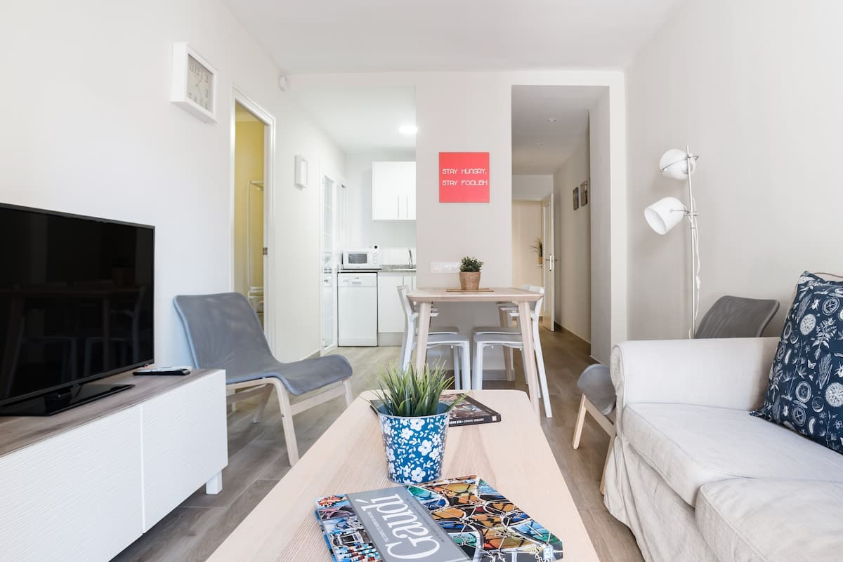 Bright, Spacious Apartment Near Camp Nou and Plaça d'Espanya