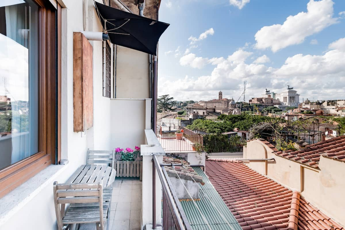 Studio Apartment with View near the Colosseum