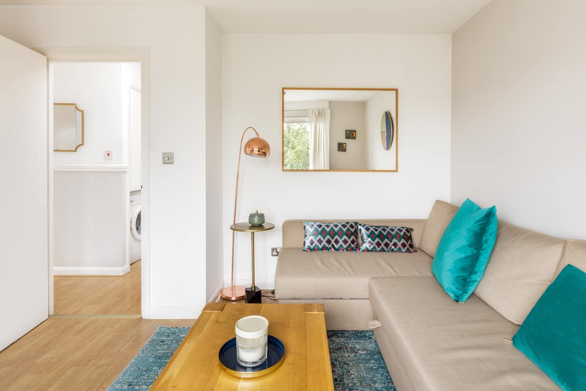 Walk to Great Restaurants from a Cosy and Quiet Flat