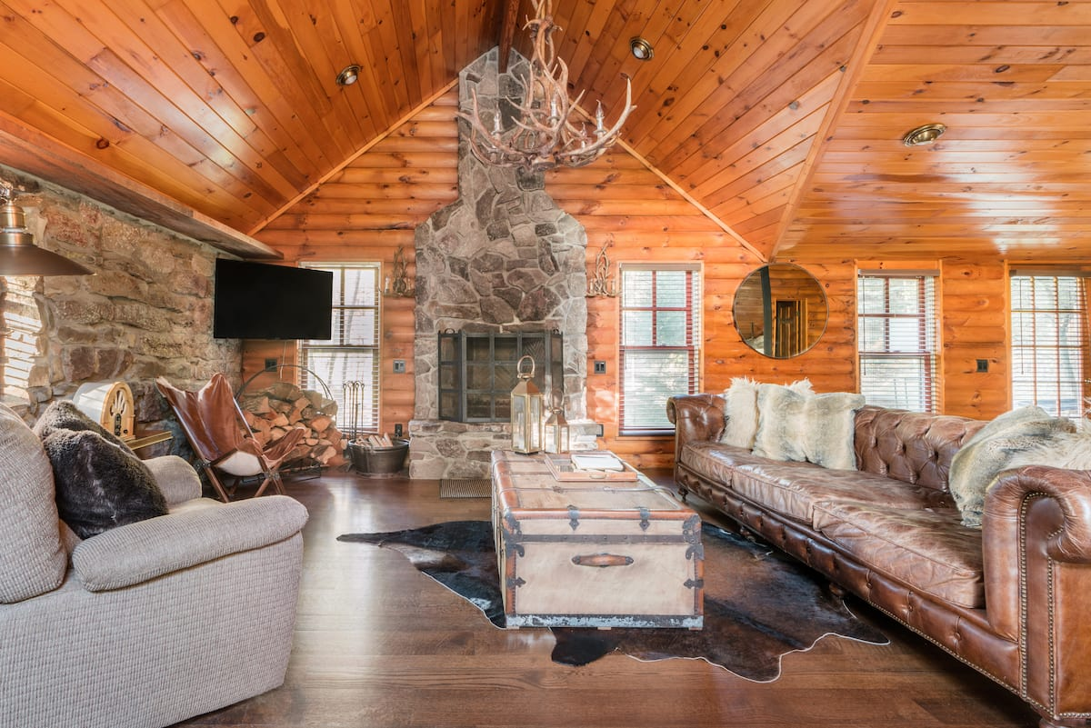 Escape to a Serene Lakeside Log House on 500 Acres