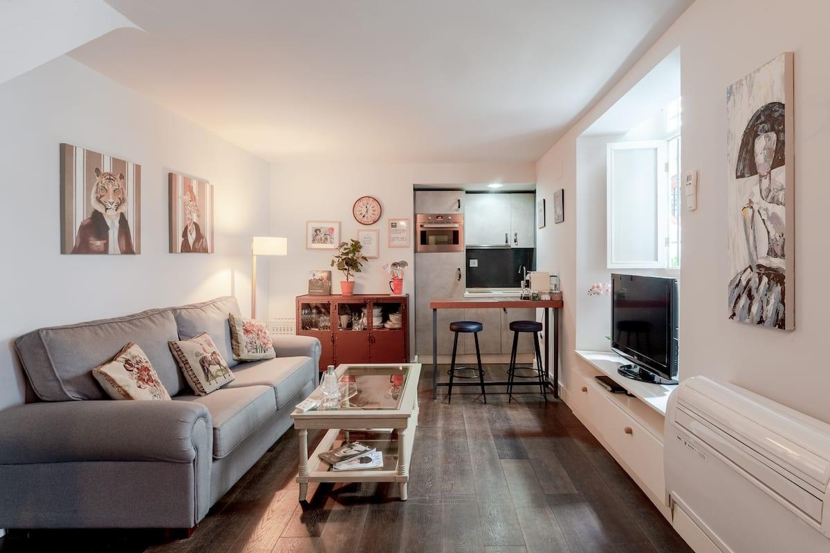 Descubre la majestuosidad de la tradición sevillana en este acogedor apartamento