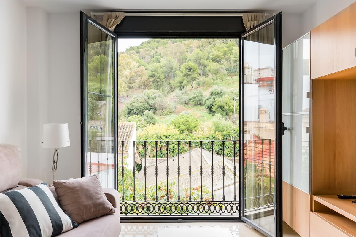 Malaga Center Apartment with Parking. Quiet views of Gibralfaro Mount