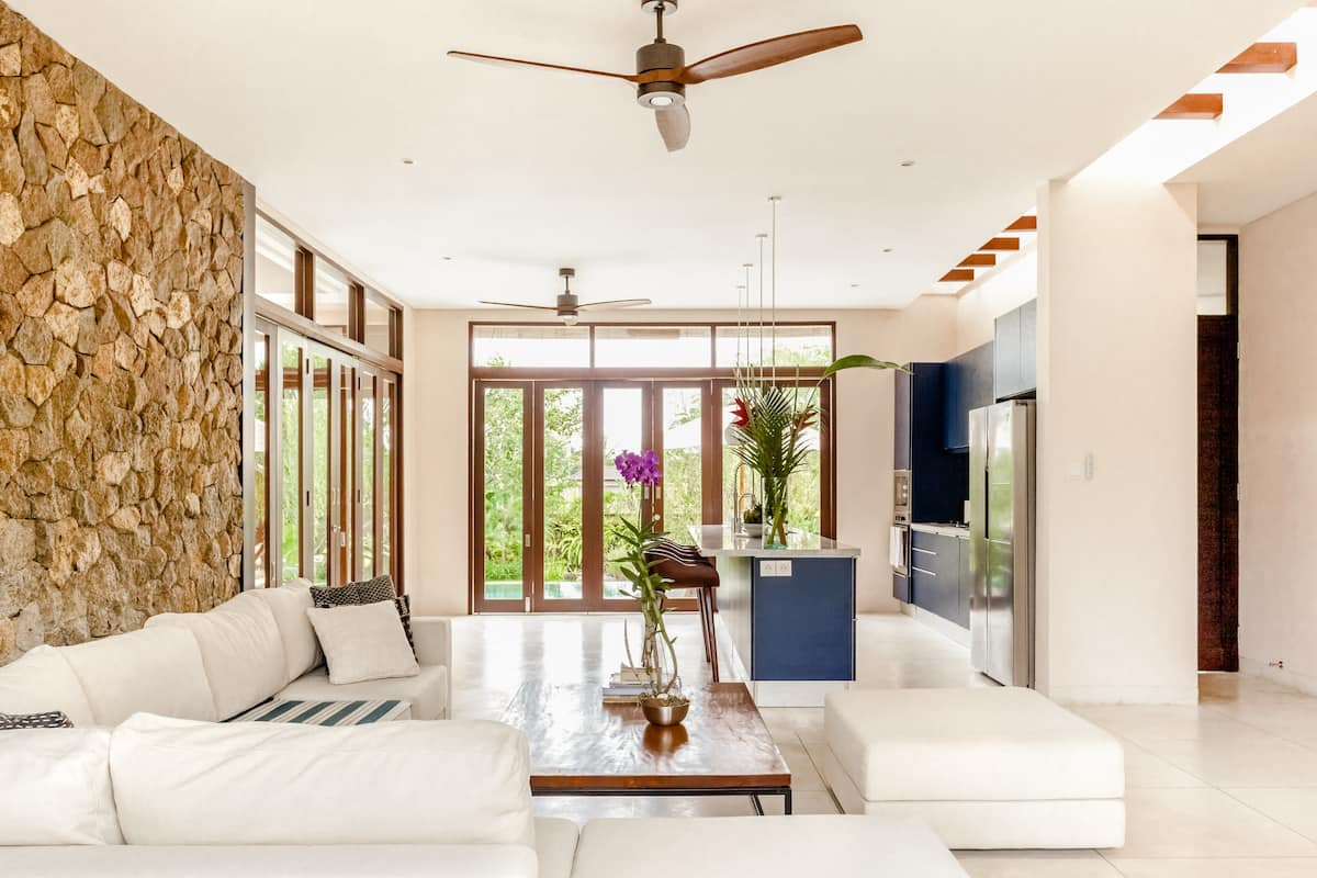 Spacious and Luxury Modern Villa with Huge Garden and Pool