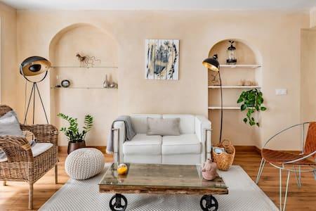 Respira el aroma a azahar desde este céntrico apartamento con terraza