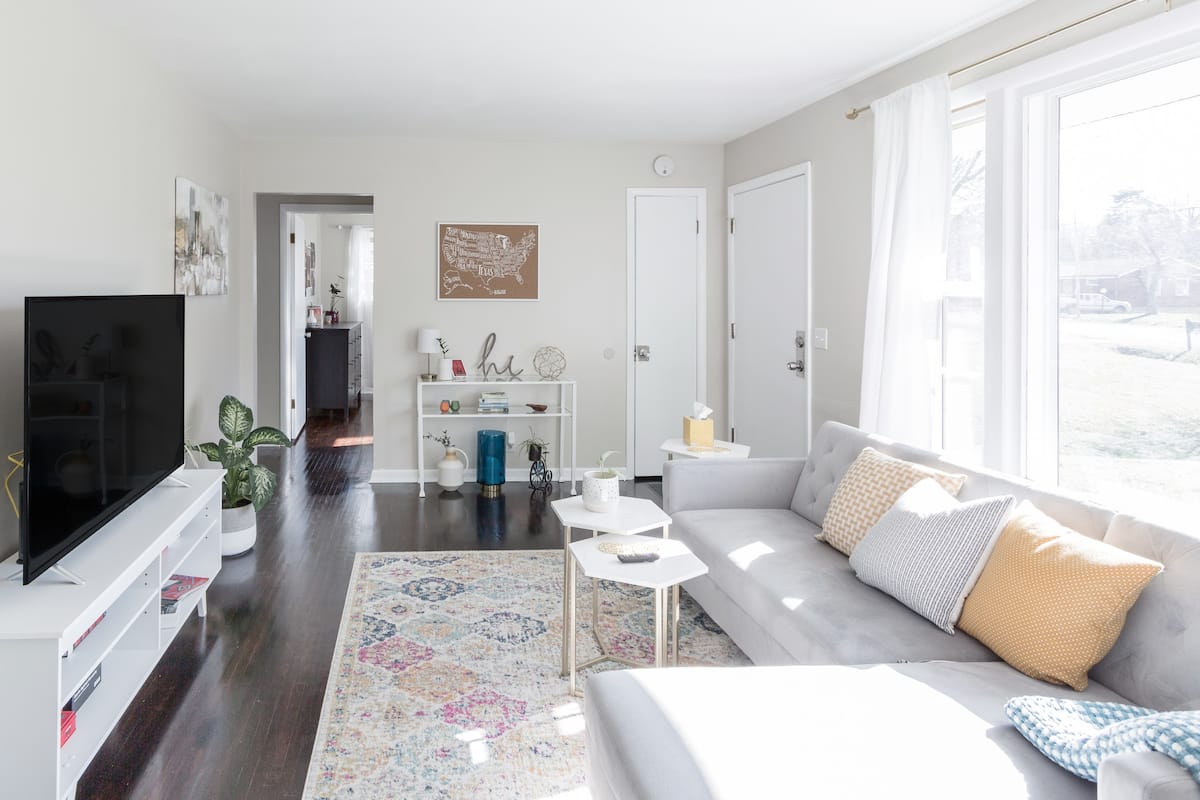 Peaceful and Charming 1950s Home Minutes to Airport