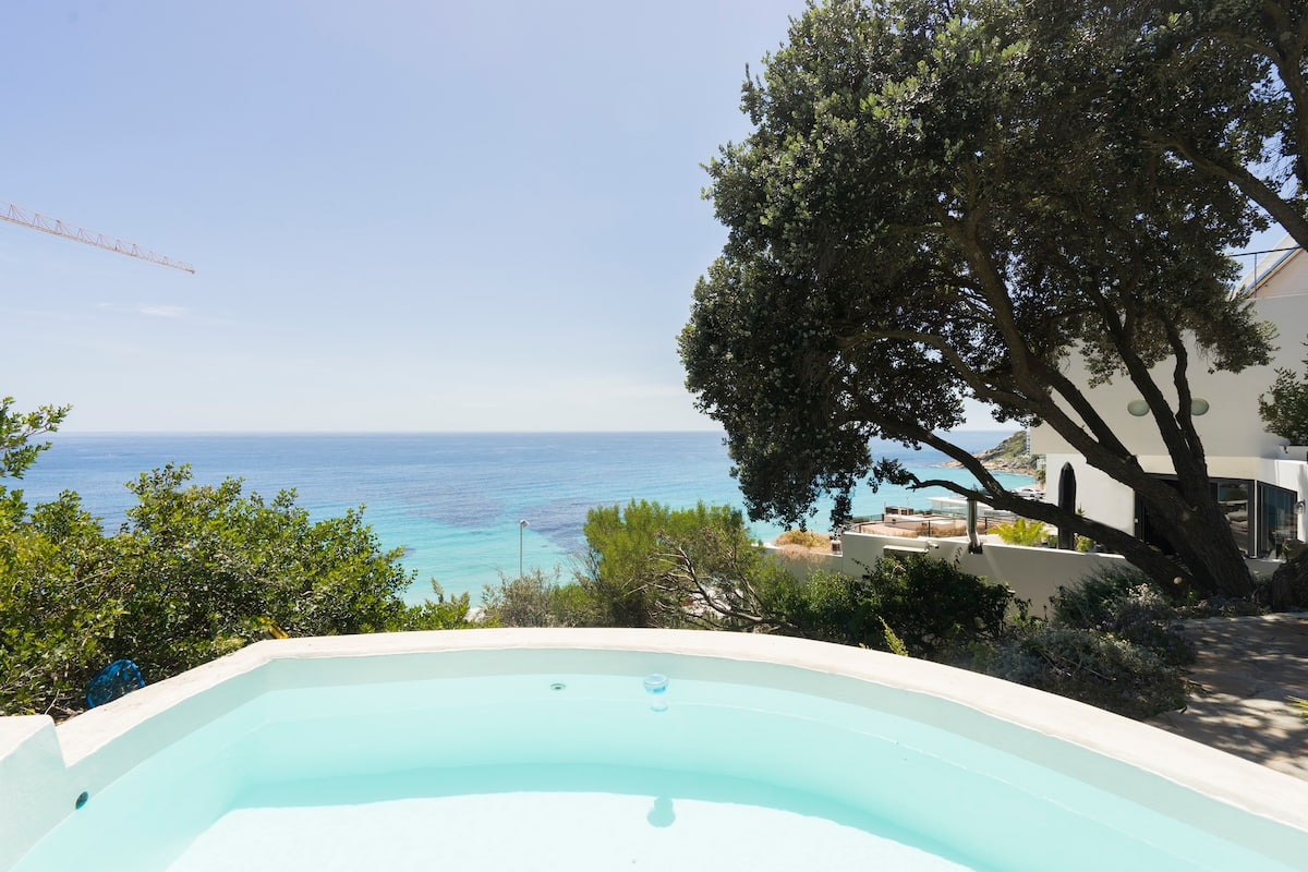 Admire Sea Views from a Stunning Apartment by Clifton Beach
