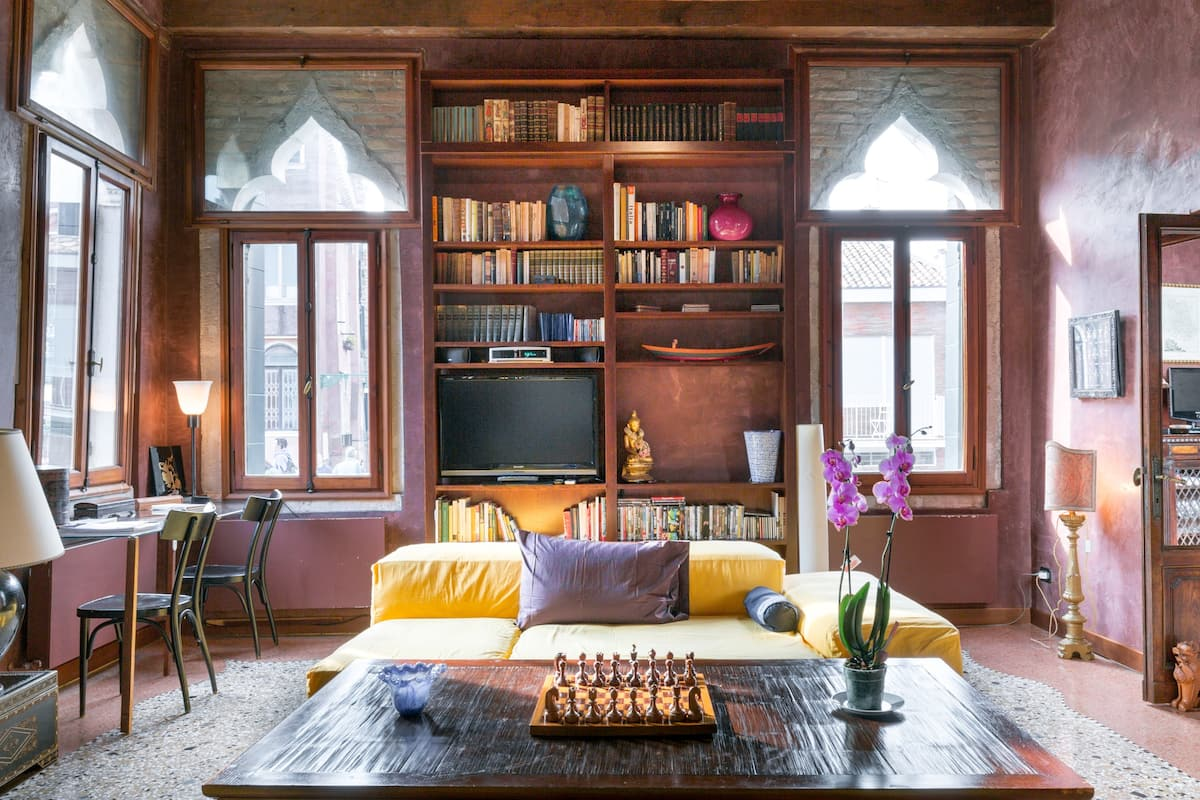 Historical Luxury Apartment on Calm Sunny Canal