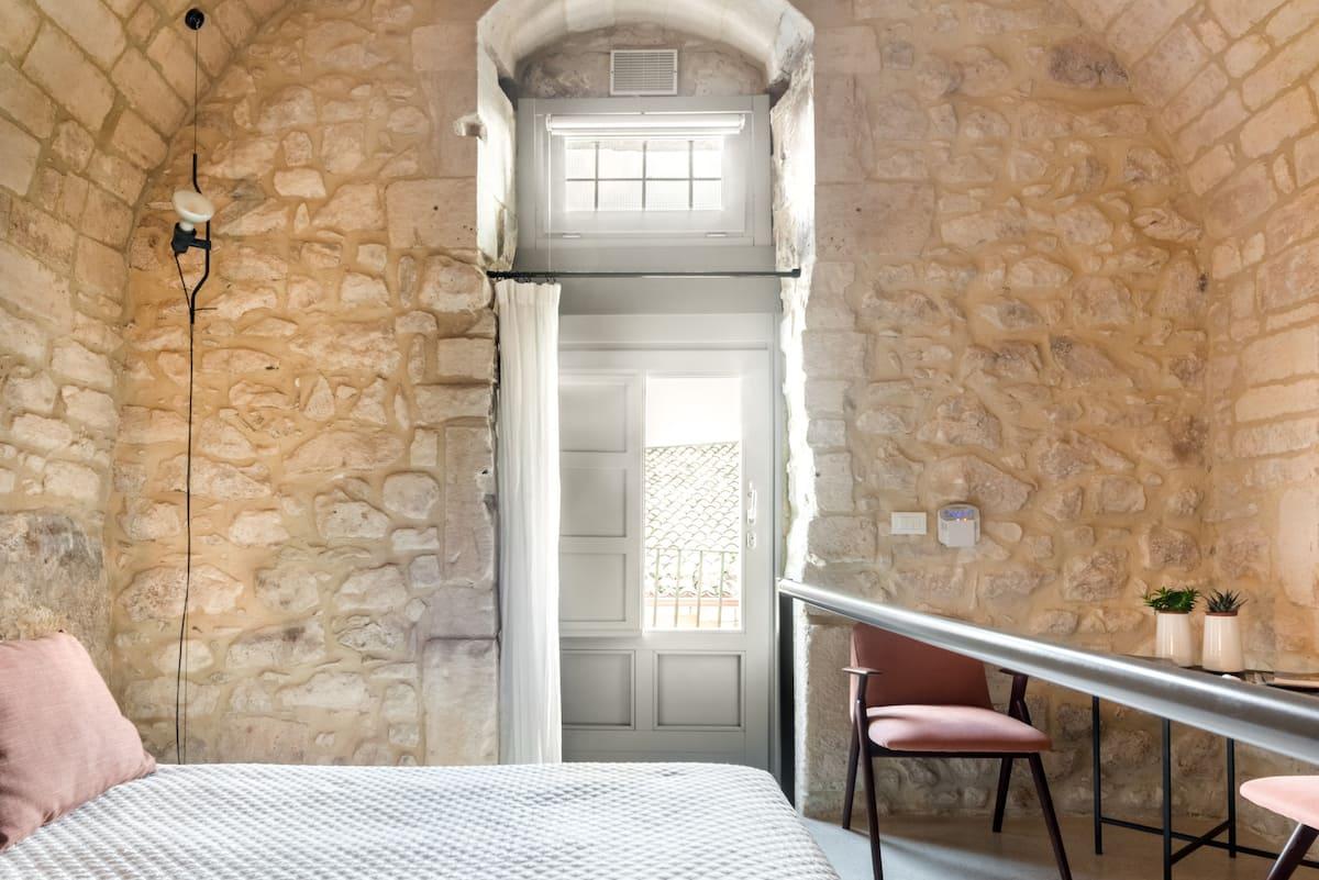 Romantica stanza in una casa nella roccia nel cuore antico della città