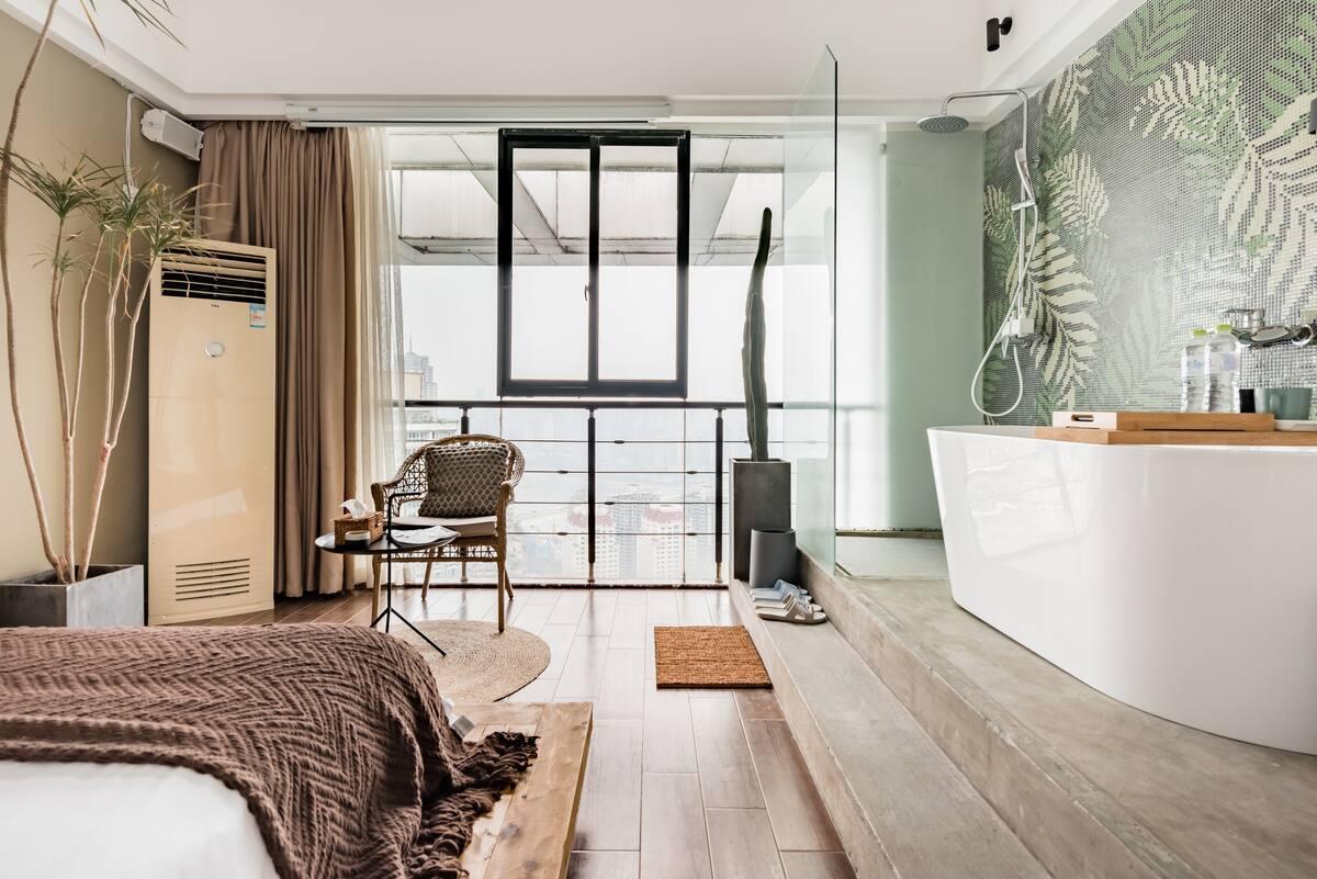 Lu宿 每天消毒正常营业中 投影仪榻榻米开放式浴室的高层公寓投宿,在落地窗前俯瞰迷人的两江夜景