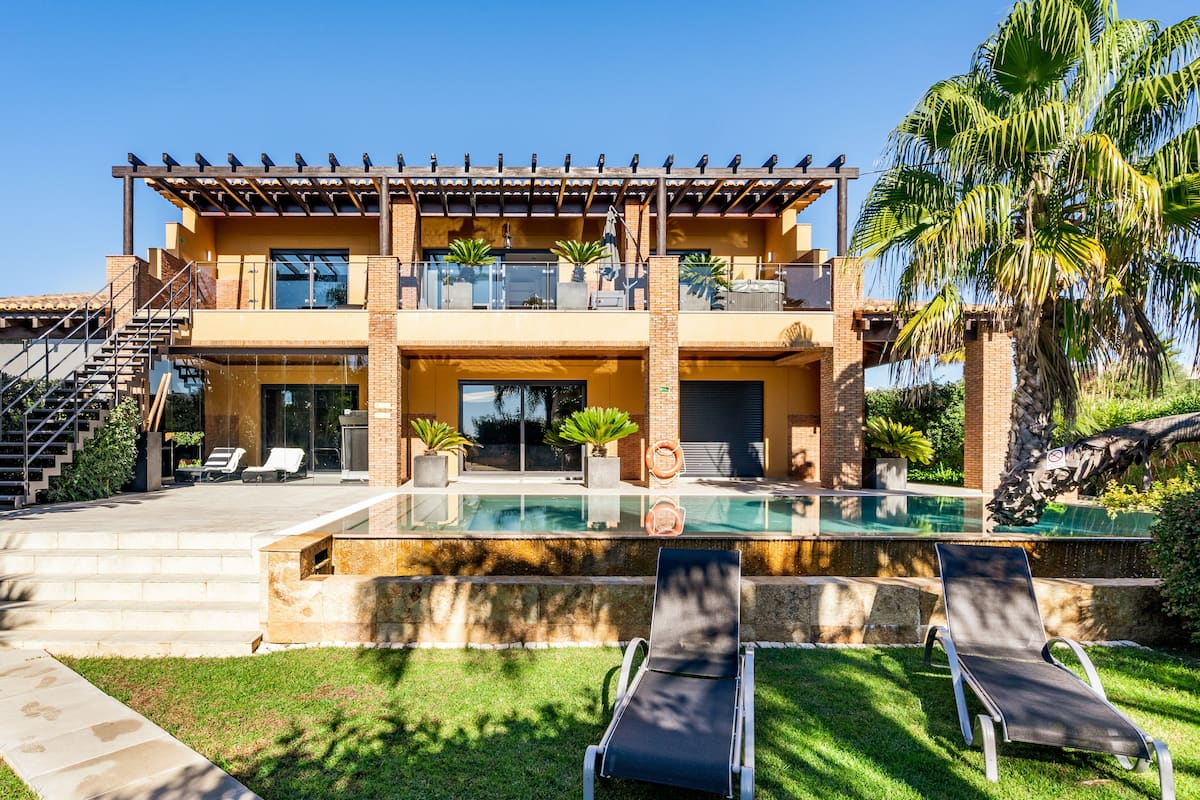 Relaxing Villa With a Lush Garden Near Beach Porto de Mós