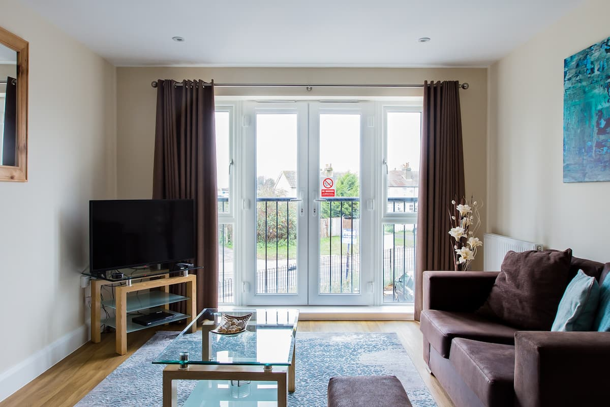 Snuggle up at a Bright, Welcoming Heathrow Apartment