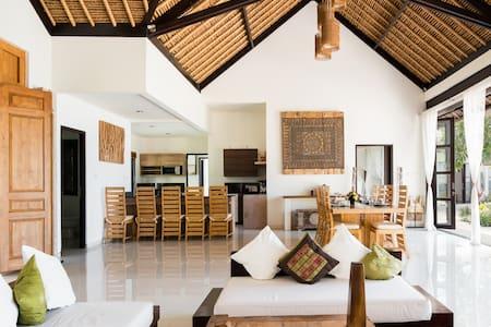 Luxueuse villa face à l'océan au nord de Bali.