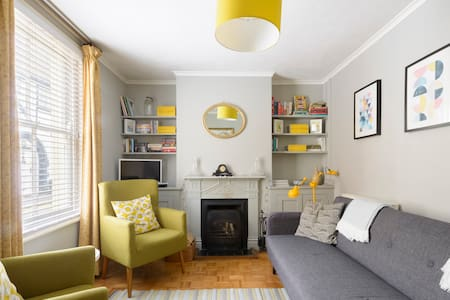 Retro-Inspired Design Cottage near Sandwich Quay