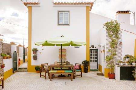 Casa rústica com terraço e decoração romântica