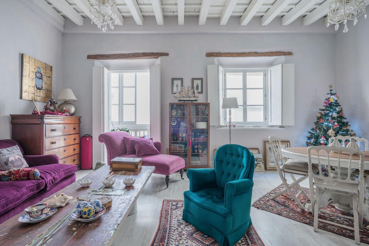 Linda habitación con baño en distinguido apartamento en el centro de Cádiz