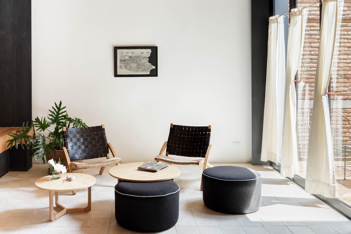 Quédate en este hermoso departamento disfruta de su terraza y tranquilidad.