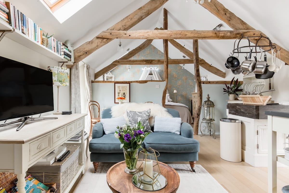 Romantic Bijou Loft with a Hot Tub Near the Cornish Coast