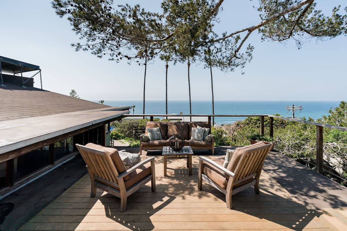 Rustic Mid-Century House with Dramatic Pacific Views,