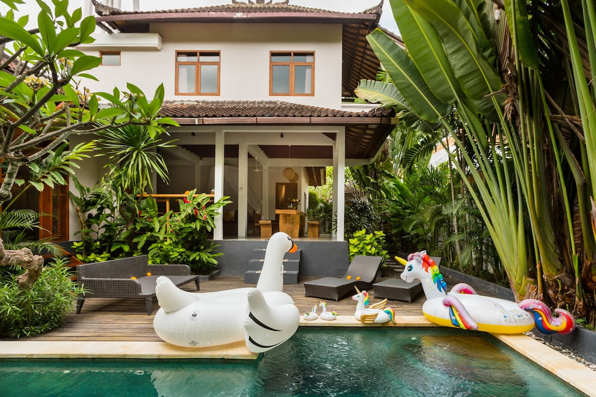 Unicorn Shelter. Private Villa in Seminyak Centre. Breakfast