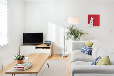 Contemporary Light Filled Apartment Close to the City Centre