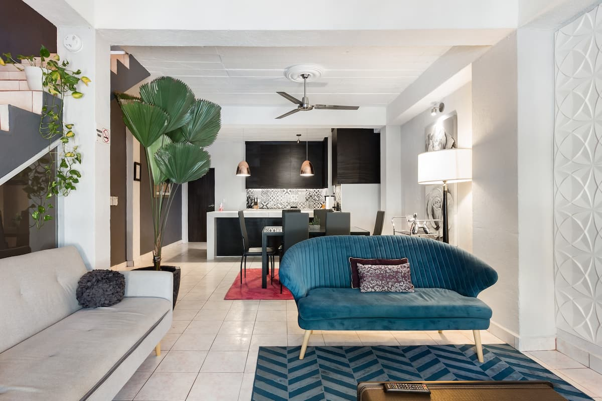 Remodeled 2-Story House in Heart of the Romantic Zone
