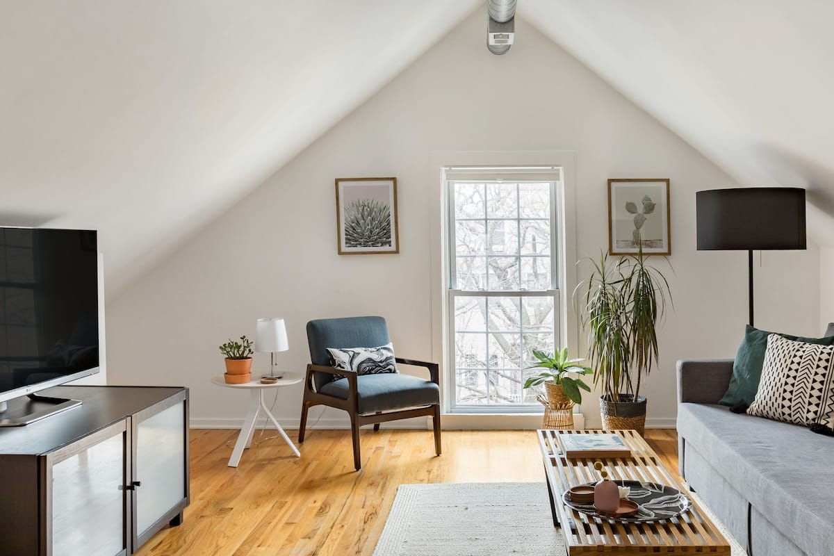 Bright, Modern Studio in the Heart of Logan Square