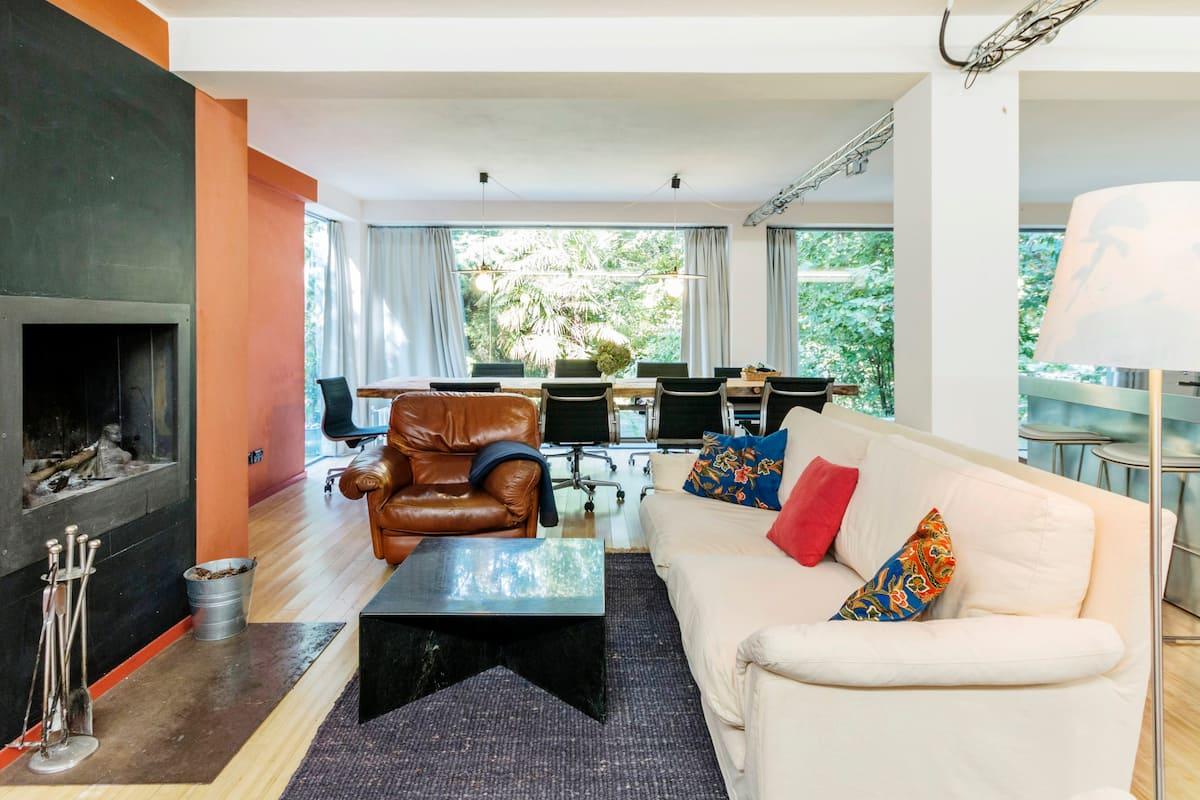 Villa moderna offre comfort, design, privacy, spazio in giardino indipendente.