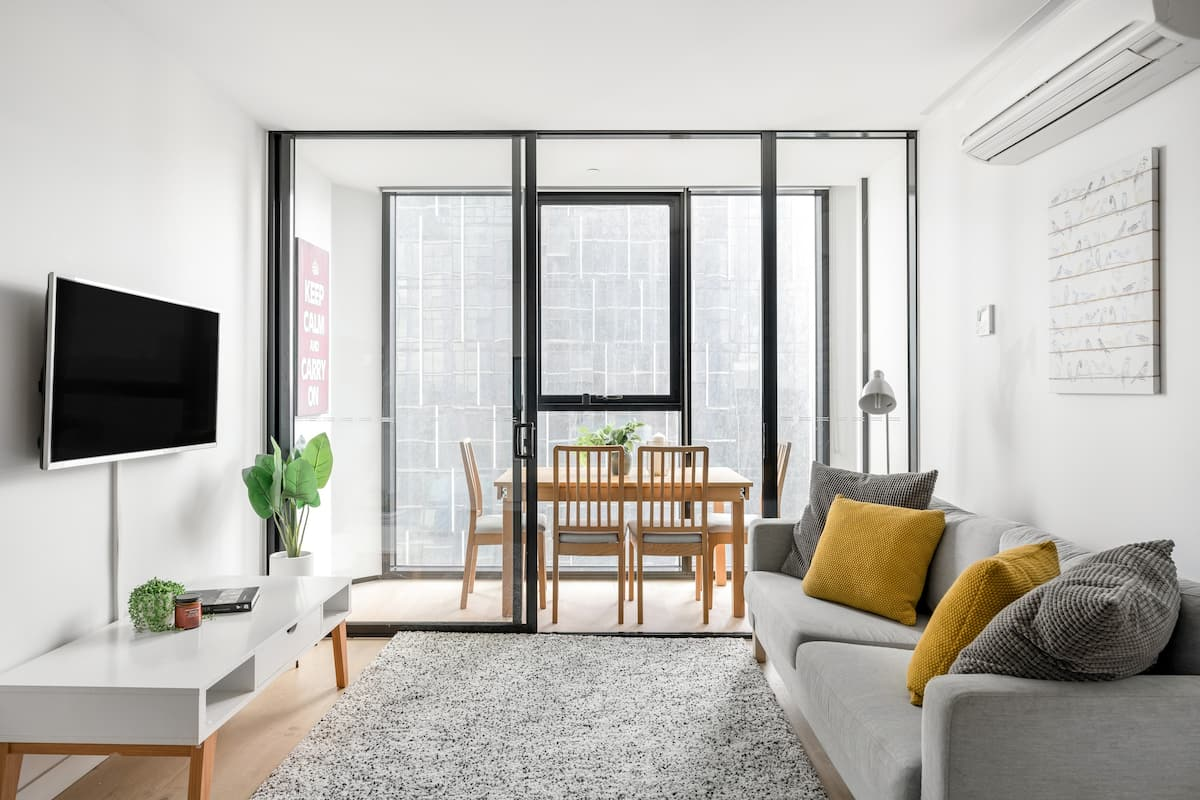 Stylish CBD View Apartment with Sunroom