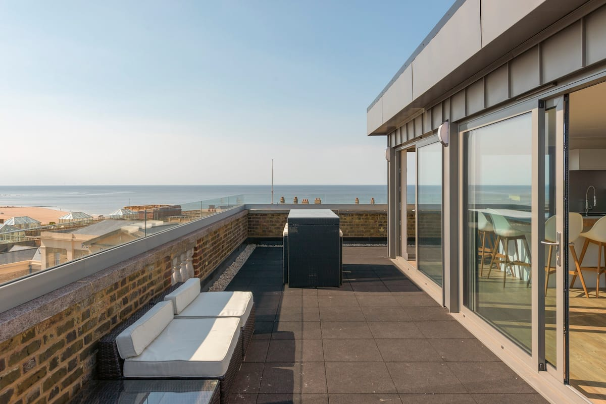 Stylish Rooftop Apartment with Unrivaled Panoramic Sea Views
