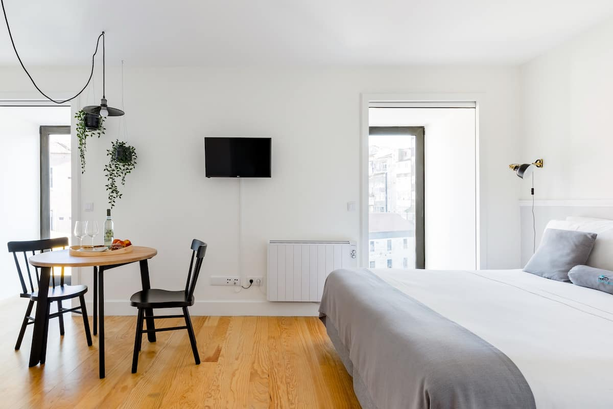Cheerful Downtown Porto Studio Apartment