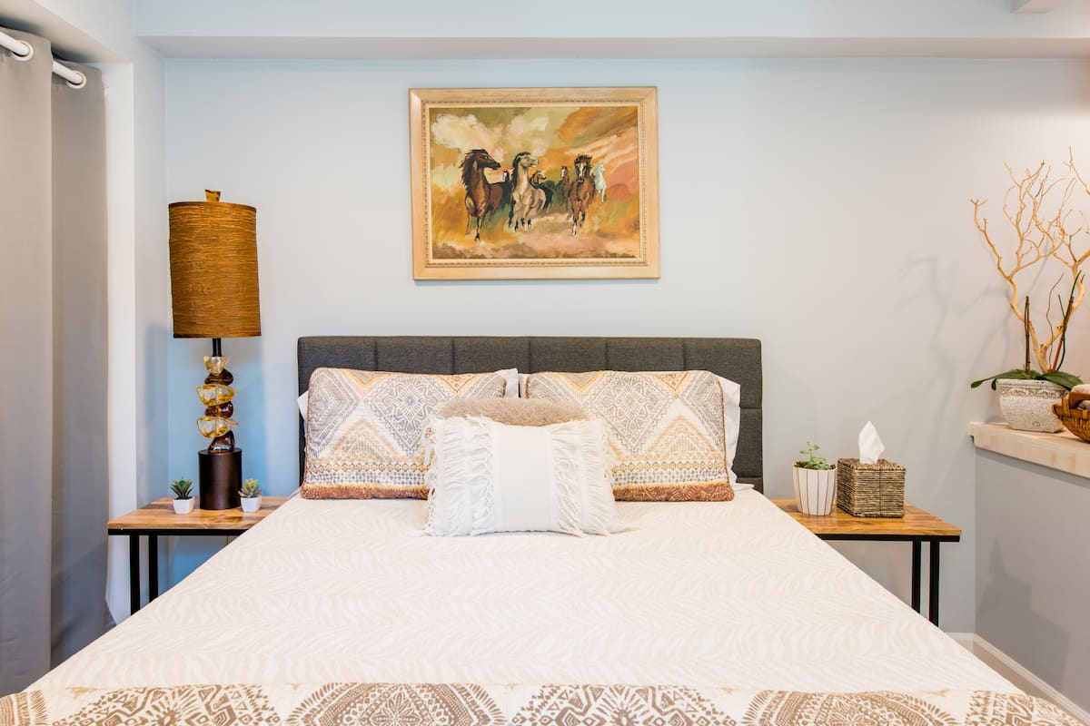 Guest Suite in Hillside Brentwood Home