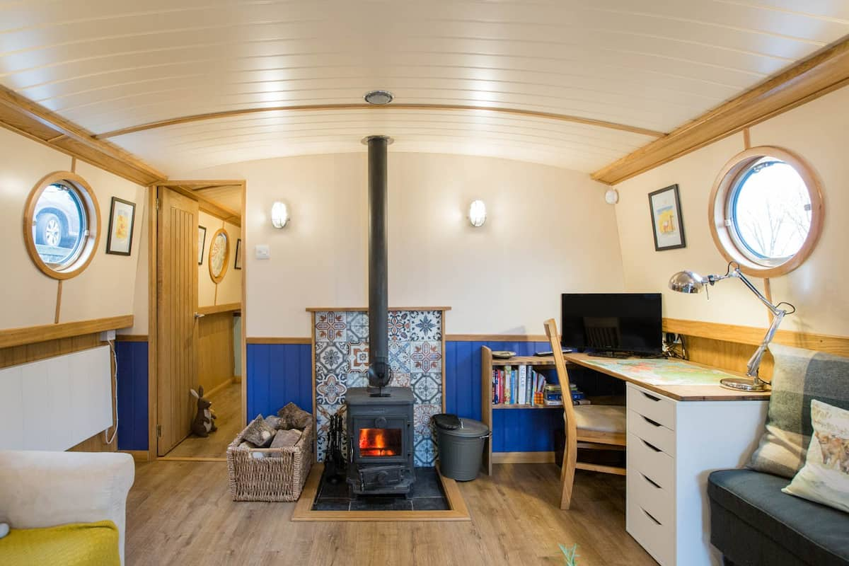 Explore Glasgow from a Pristine Traditional Houseboat