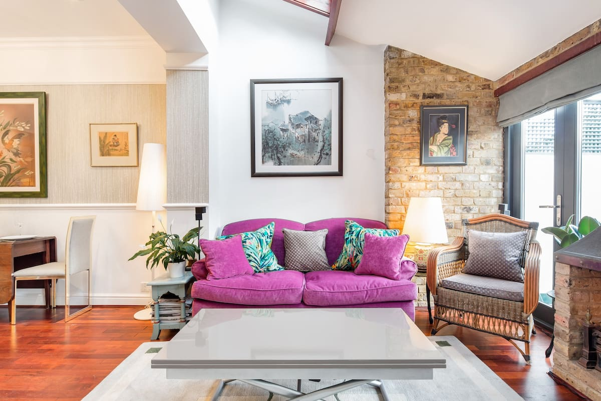 Snuggle by the Fireplace in Comfortable Vauxhall Apartment