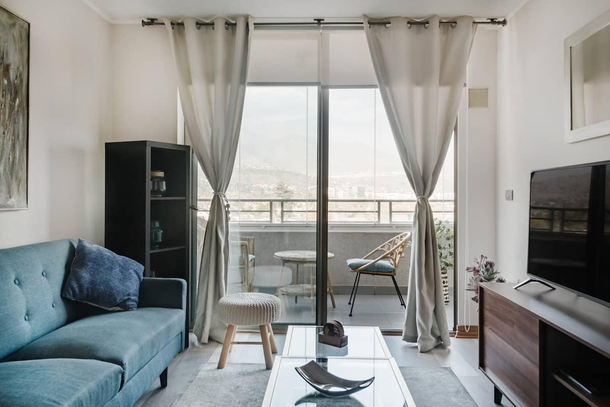 Disfruta la vista a los Andes desde este acogedor departamento con balcón