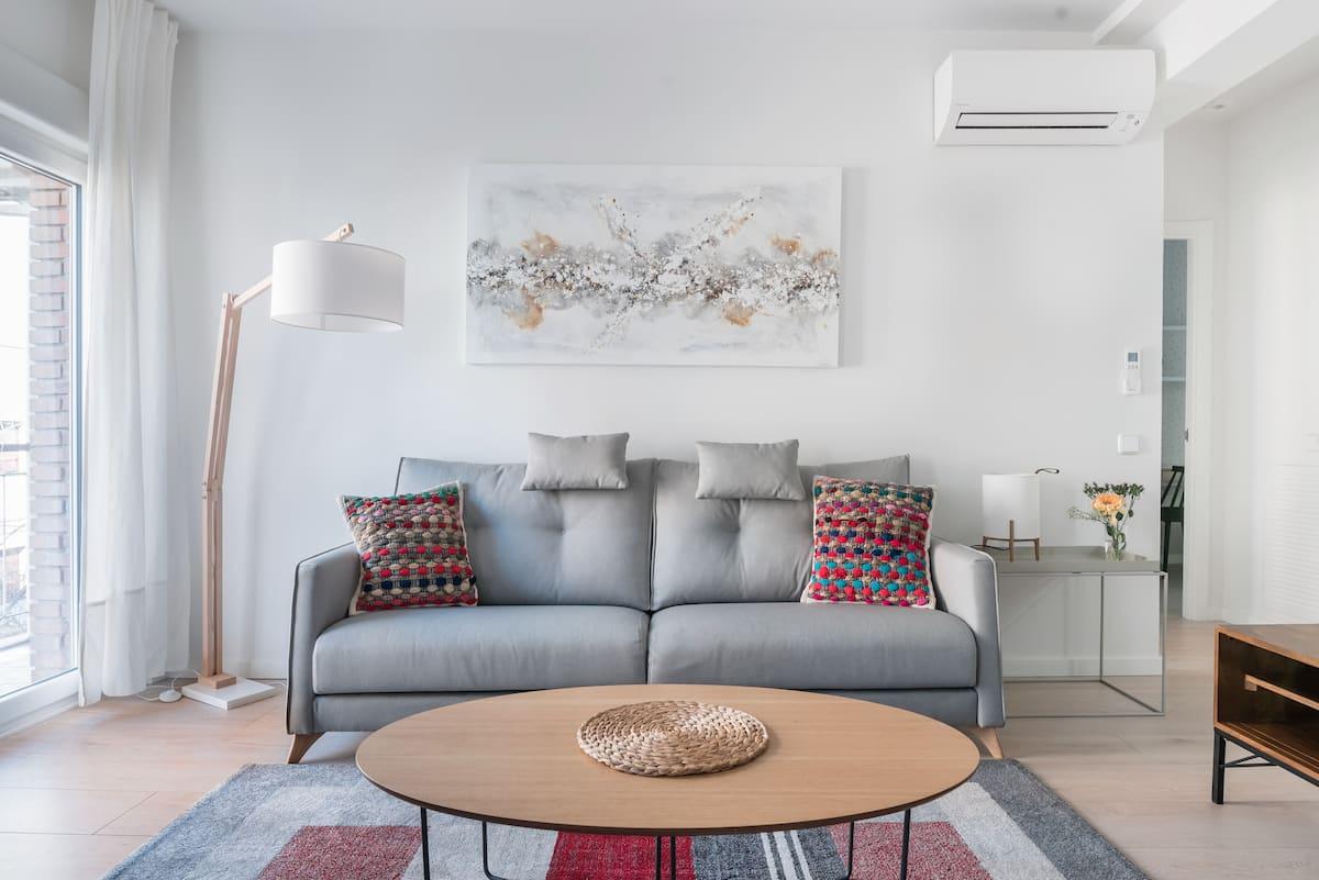 Disfruta del pulmón de Madrid en este lujoso apartamento de cuidado diseño