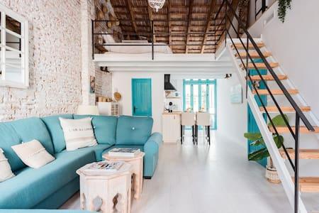 Amazing Mediterranean beach loft, luggage storage