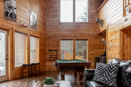 Modern Timber Cabin with a Pool near Dollywood
