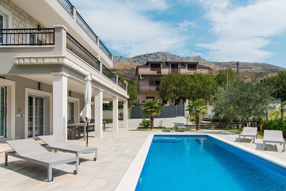 Luxorious & spacious family space at pool villa near Split and close to beach