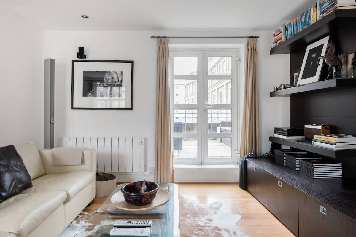 Eclectic, Arty Flat in Trendy Islington with a Balcony BBQ