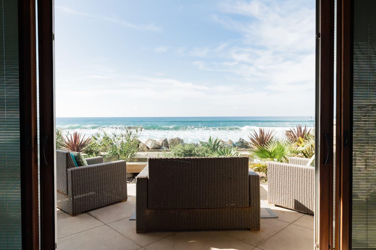 Stunning Seahorse Villa - Beachfront Luxury Close to Pier