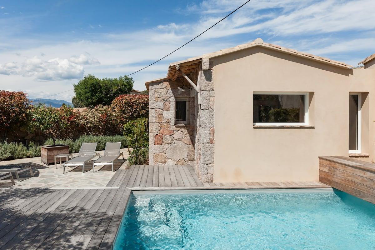 Villa avec piscine chauffée mêlant contemporain et ancien
