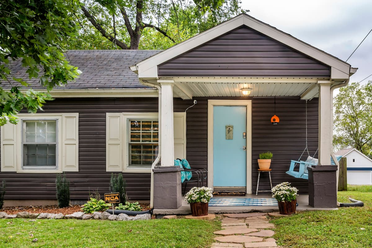 Comfortable Eclectic Cottage near Nissan Stadium, Downtown