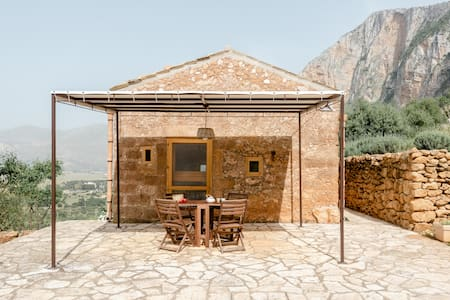 Secluded Rustic Property Within Monte Cofano Nature Reserve