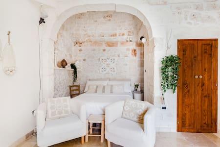 Pietrachiara-Deliziosa casetta in pietra con terrazzo nel cuore di Ostuni