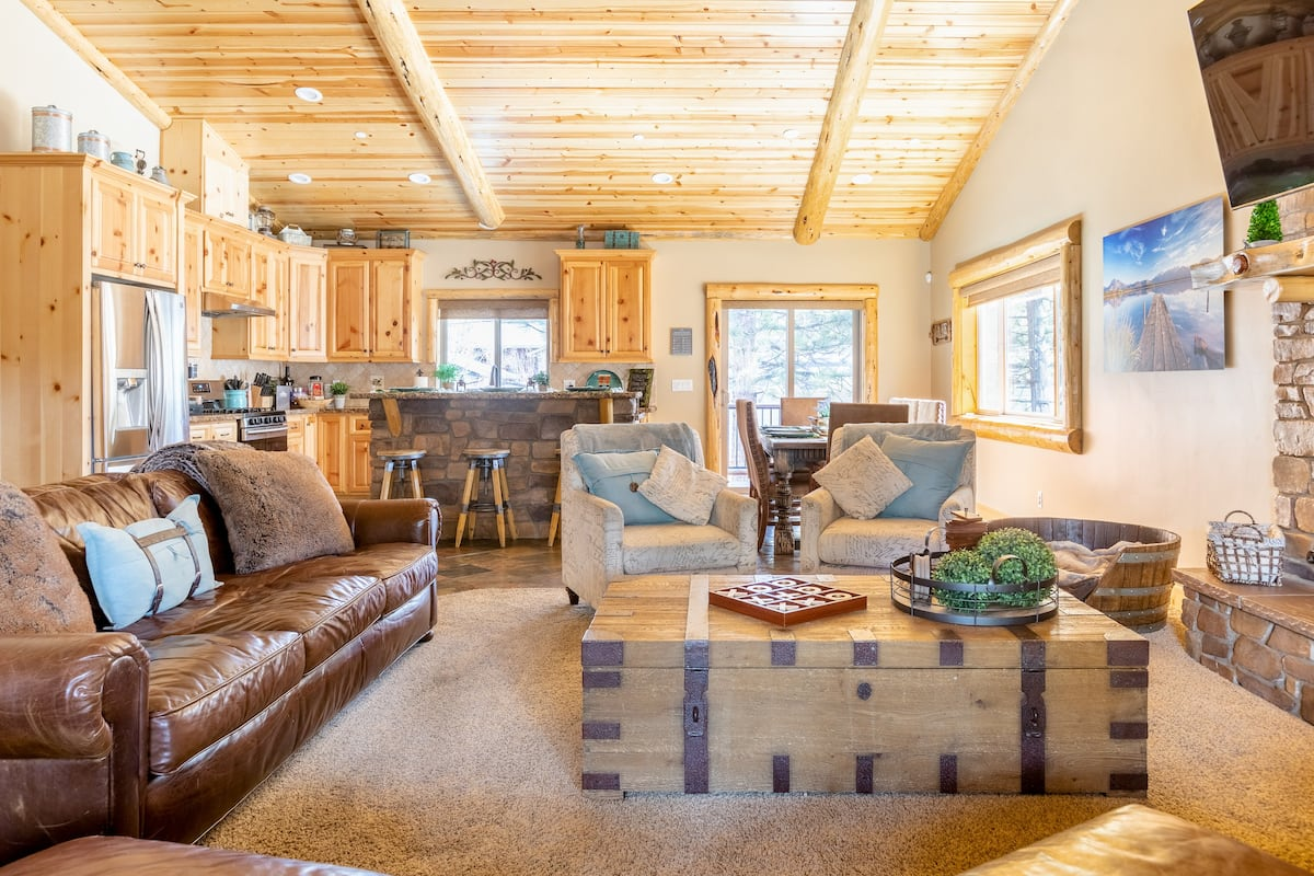 Eagle Point Landing—Rustic Yet Hi-Tech Single-Story Cabin