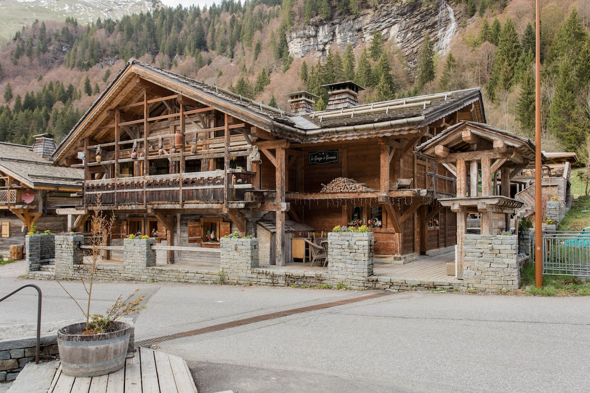 Grange à Germaine - Wooden Alpine Chalet with Deck, Hot Tub & Sauna I Ski-in