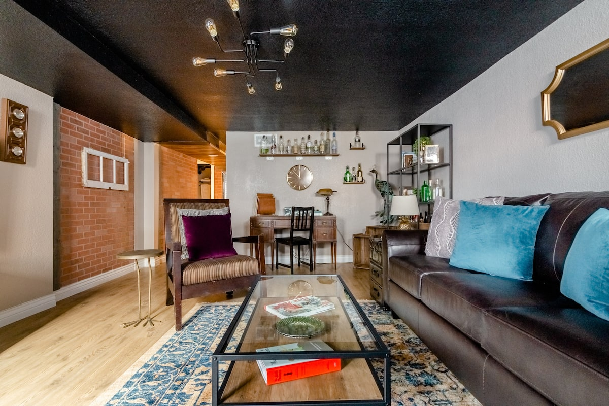 Roaring Twenties Speakeasy Apartment Near City Park