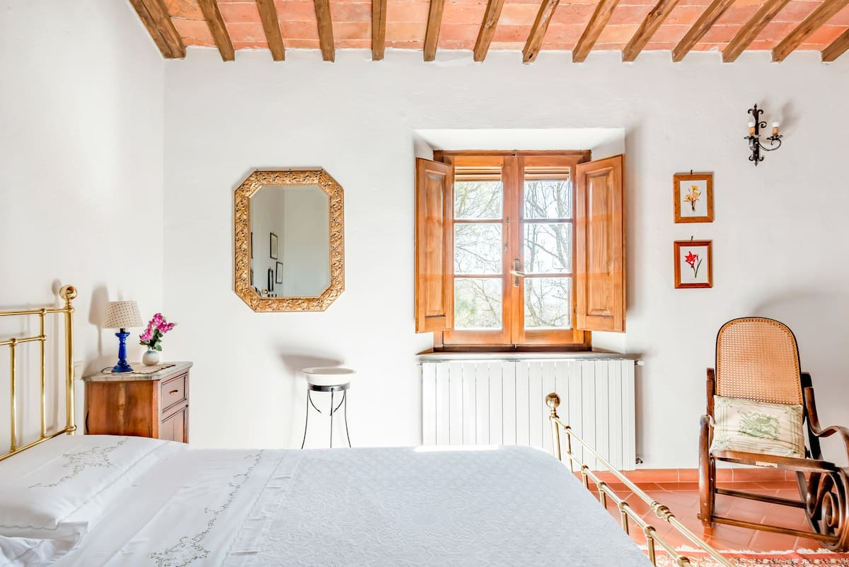 Unplug at a 17th-Century Farmhouse Enveloped by Olive Groves