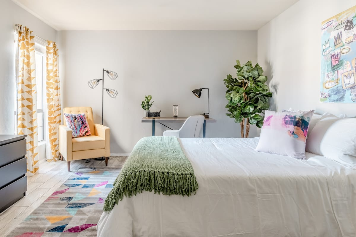 Commodious Condo Close to Old Town Nightlife